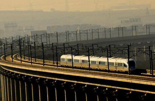 高铁/12月1日,大连北站开往哈尔滨西站的哈大高铁列车行驶在大连...