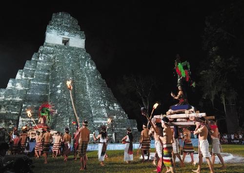 他们聚集在墨西哥这座著名的玛雅文化遗址,迎接玛雅历法的新纪元,亲身