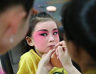 老师们正在给小演员化妆 幼儿园里的婺剧花儿 丹凤眼,柳叶眉,粉面红唇图片