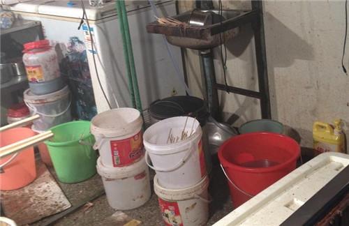 杂乱摆放的塑料桶