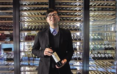陈翔/陈斌在位于鹿城广场的酒庄里,站在酒架前讲述创业故事。 陈翔 摄