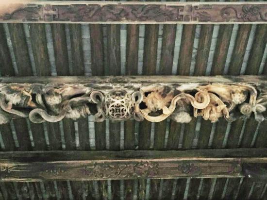 @让我幸福:浙江磐安县双溪乡梓誉村的钟英堂是省级文保单位。听说,有人在义乌发现了一座和钟英堂一模一样的古建筑,且建造年代只差一年,太神奇了。 记者核实:在磐安和义乌竟然存在两座一模一样的古建筑,且建造年代只差一年的神奇事情?3月6日,记者来到磐安和义乌就此进行采访。 梓誉村民:义乌有座与我们一样的建筑 村民蔡益帆的儿媳带人来我们村玩,说义乌赤岸有一个古建筑跟我们的钟英堂很像,后来他儿子等人去看了,说真的很相似,怀疑是同一个工匠造的。蔡煌孝是梓誉村钟英堂主人蔡亨洪(清进士)的第13代孙,听说自家祖上留下的