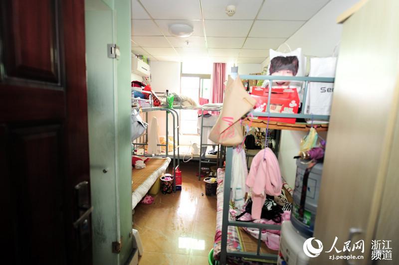 """消防部门对隐蔽在宁波海曙区大梁街天之海大厦五层的""""单身公寓""""进行"""