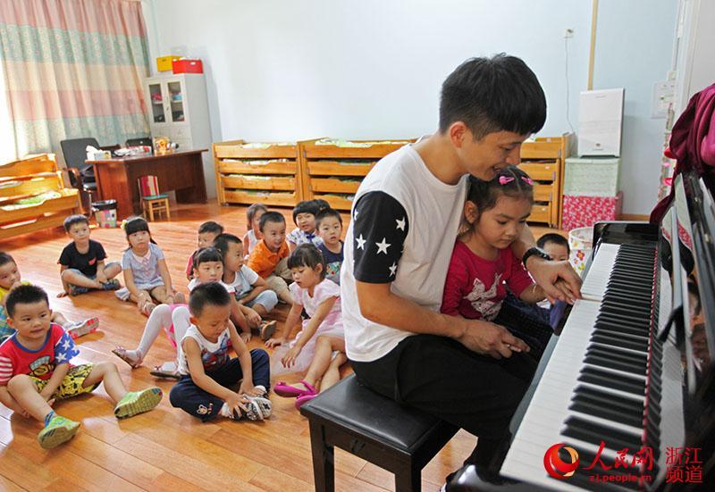 一起和小朋友弹钢琴.章勇涛 摄