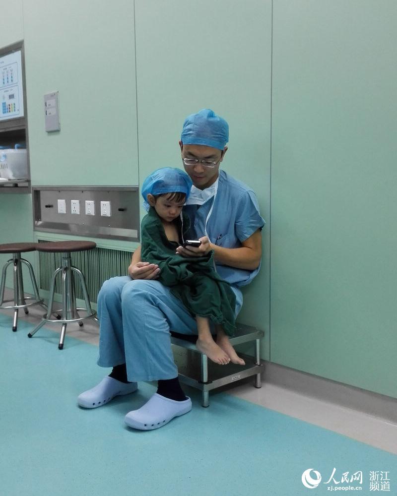 手术室与医生叔叔一组暖心照片刷爆朋友圈的小