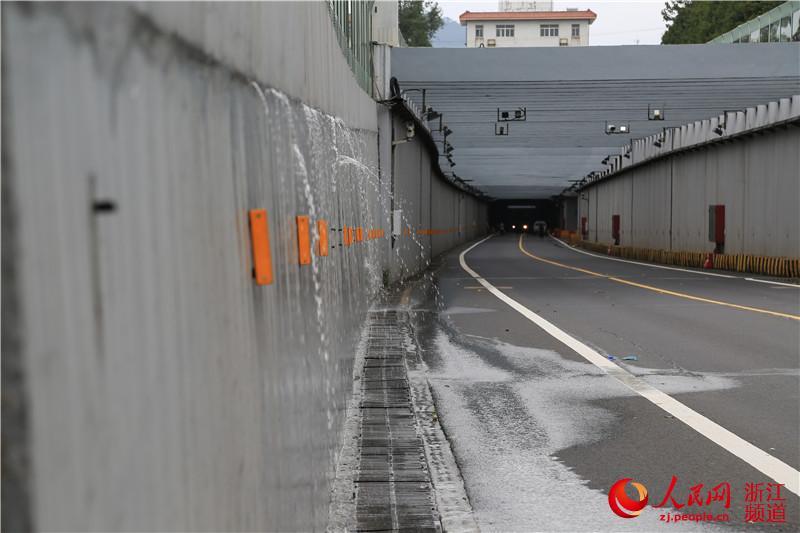 """人民网宁波9月30日电 (方圆圆)受台风""""杜鹃""""影响,宁波市普降暴雨到"""