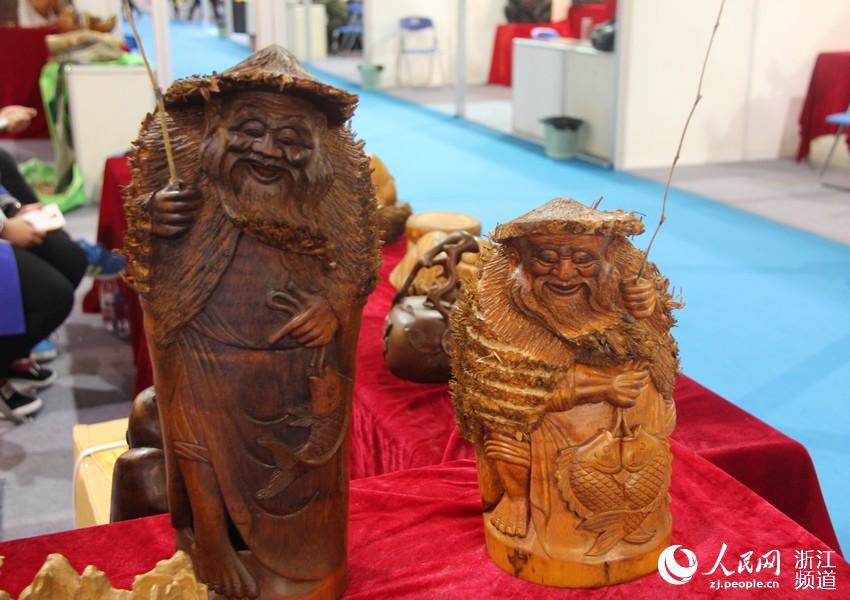 形态各异的木雕工艺品
