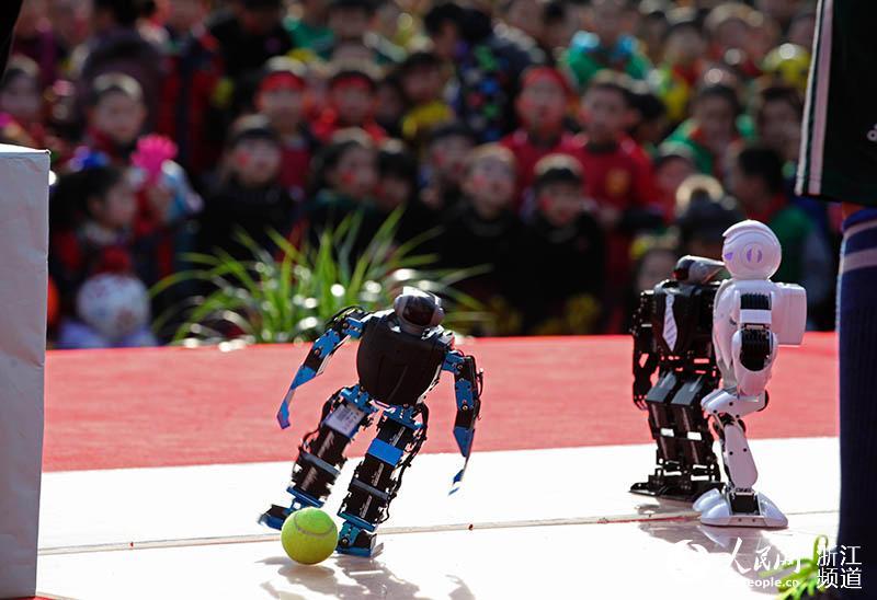 机器人足球赛表演.章勇涛 摄-