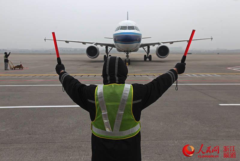 人民网宁波2月1日电 (陈金莲)对大多数人来说,春运是归程,家就在前方。可对有些人来说,春运却是坚守,是一份沉甸甸的责任。宁波栎社国际机场的机场维修师,就是这样一群可敬的人。 每天平均至少检查50多架飞机 伴随着巨大的轰鸣声,一架南航从广州飞来的客机降落在机场。穿着荧光服的机场维修师黄四九挥舞着指挥棒,引导飞机滑入8号停机坪。待飞机停好并关闭发动机后,他和同事便开始了另一项工作:给飞机体检。 飞机体检,包括飞机航前、过站、航后的例行检查,以及每晚飞机落地之后的故障排除。 黄四九告诉记者,飞机过站短停