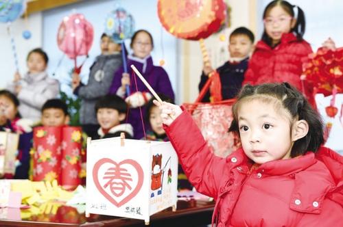 小学生自制花灯迎新春图片
