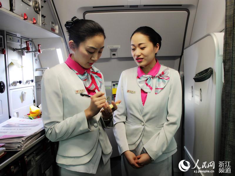 乘务人员方雯正在给记者介绍飞机上的注意事项