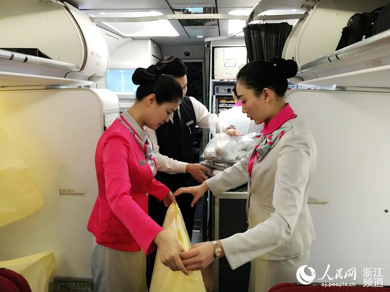 机组人员会提前一小时在飞机上检查飞机安全设施