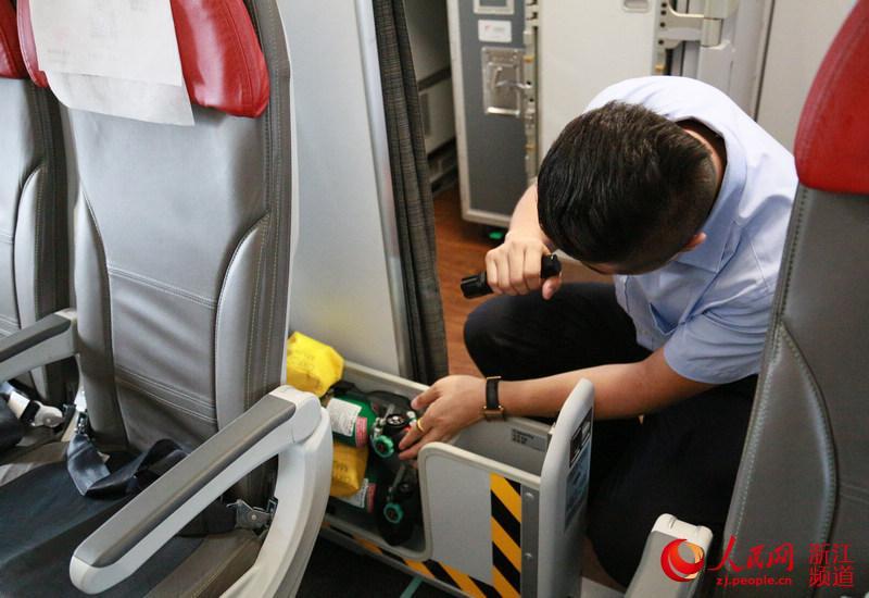 吕航对机上配备的氧气罐进行检查