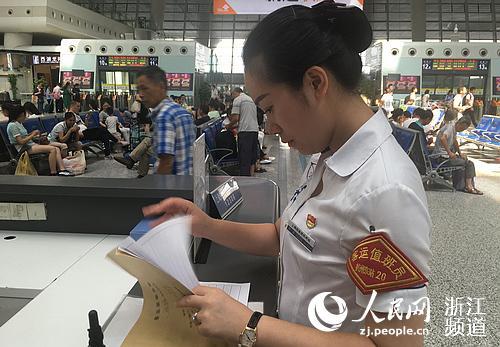 """杨清在审查""""网格化管理""""账目。"""