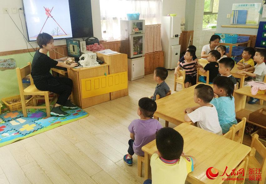 体验职业:幼师 体验地点:杭州市人民政府机关幼儿园(灯芯总园) 9月是学校开学季,又有一批幼儿离开父母进入幼儿园,开始了全新的生活。幼儿园是孩子们一起成长的摇篮,那里是他们玩耍的天地,那里有他们童年里最美好的记忆。幼儿园老师被孩子们亲切的称为妈妈、阿姨。与其说是老师,她们更像是幼儿的家长,除了教育孩子识字、明理,还要照看孩子们的吃、喝、拉、撒、睡。