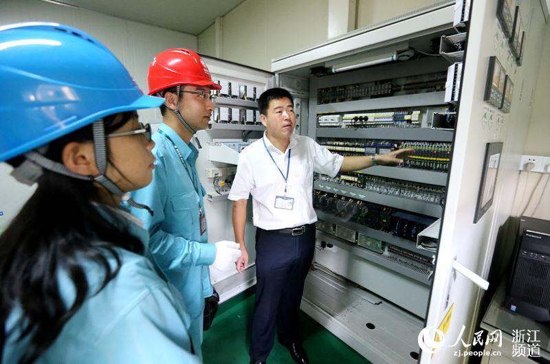 鄞州供电公司工作人员在宁波奥克斯空调有限公司测试