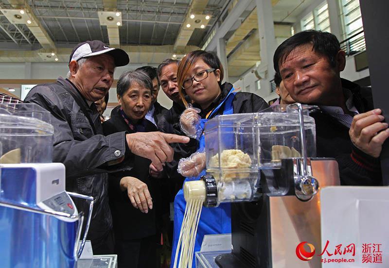 一款面条制作机吸引宁波市民眼球。章勇涛 摄