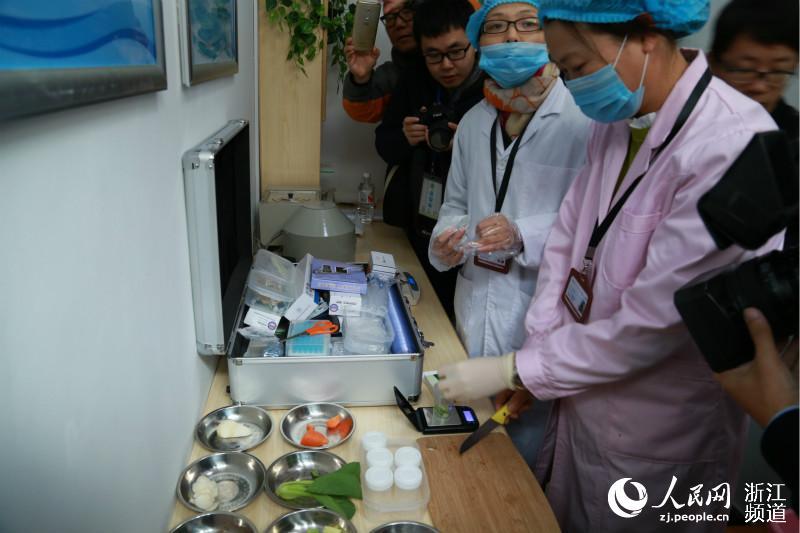 11月29日,在宁波市实验幼儿园食堂食品快速检测室,工作人员正在对当天中午食堂供应的食品原料进行快速检测。方圆圆 摄