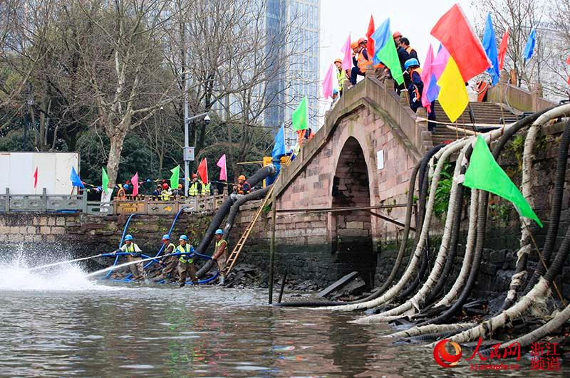 3月25日,宁波市海曙区月湖水生态综合整治现场.章勇涛 摄