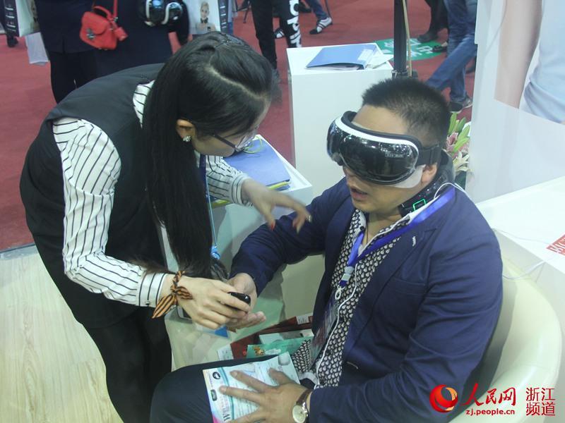 游客体验按摩护眼仪,放松身心。