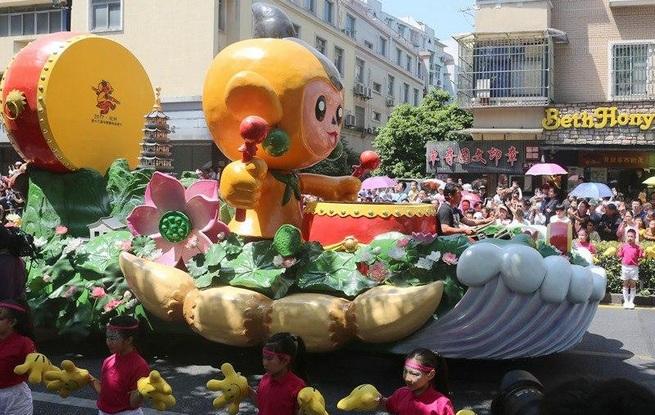 彩车巡游活动举行 老少市民欢庆动漫节