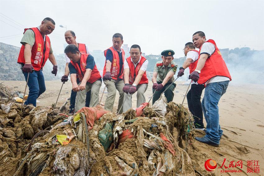 今年是第46个世界环境日,6月5日一大早,浙江台州玉环市坎门边防派出所官兵联合驻地坎门街道党建志愿者、环卫工人等80余人,在坎门街道应东码头沙滩开展清理海滩垃圾公益活动。边防官兵和志愿者们用扫帚、耙子、钳子等工具,清理埋在沙堆里的枯草、塑料袋、烂衣服、废弃生活用品等各类垃圾约6吨。(涂锋军、米泽杨)