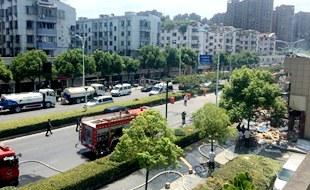 杭州三墩店铺爆炸 附近小区暂停供电供气           &nbsp7月21日上午8:40,杭州市古墩路1185号商铺发生燃爆。目前已致2人死亡55人受伤。据了解,为保障安全,爆炸……