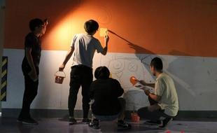 """本网记者体验360行:在墙上""""涂鸦""""           &nbsp走在杭州的大街小巷,常常能看到各种各样墙绘,断桥、美人鱼、古戏台、江南水乡……栩栩如生,引人入胜,给冰冷的墙面……"""