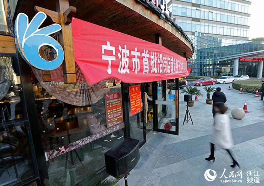 """门口挂上了蓝色主调的""""OK""""标识,表达了商家对如厕公众的欢迎,也体现了公众解决如厕问题后对商家的认同。章勇涛 摄"""