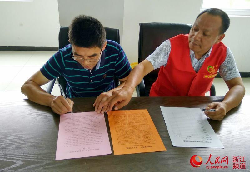 图为村民签订移风易俗承诺书。