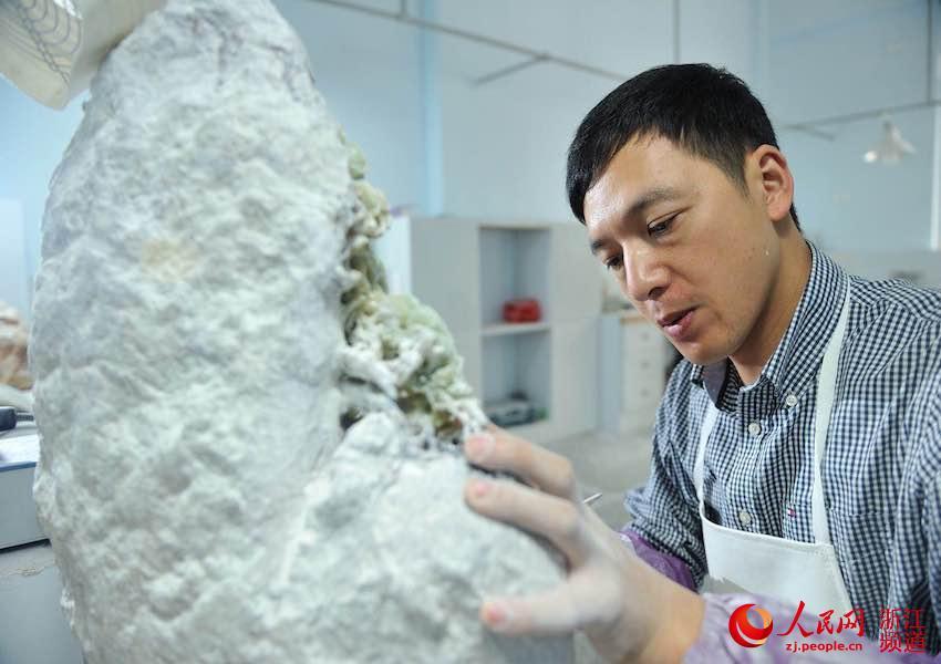 刘宙正在制作青田石雕
