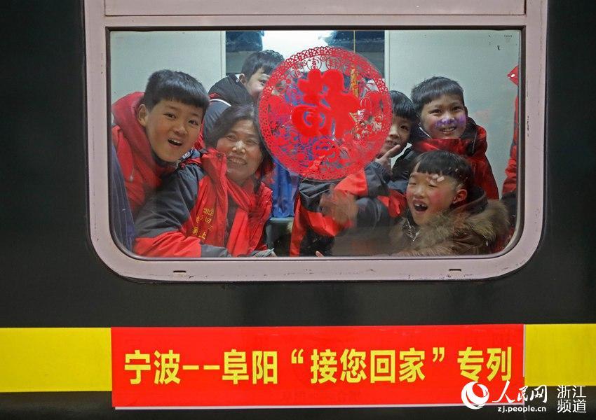 宁波开出首趟外来务工人员专列(组图)