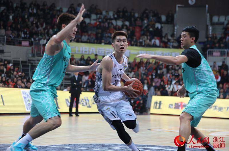 东道主宁波大学男子篮球队对阵汕头大学男子篮球队。章勇涛 摄
