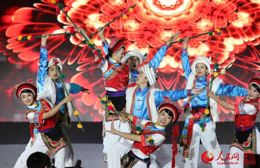 4月17日,2018中国畲乡三月三晚会节目原生态歌舞景象演出地平线上的歌声。章勇涛 摄
