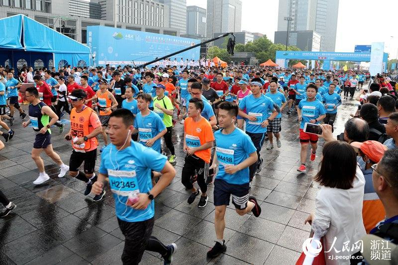 2018九龙湖(宁波)国际半程马拉松赛开跑