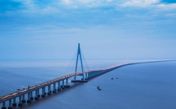 杭州湾跨海大桥迎来通车10周年           杭州湾跨海大桥北起浙江嘉兴海盐郑家埭,南至宁波慈溪水路湾,全长36公里。通车十年,1.21亿辆汽车从跨海大桥驶过……