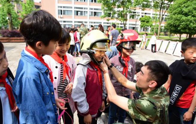 杭州建德小学生零距离体验消防器械