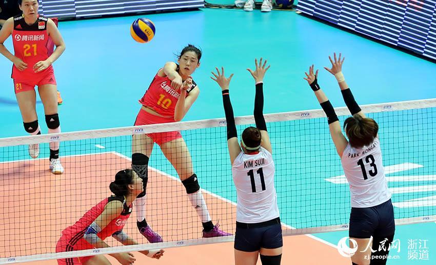 5月17日,中国女排队员刘晓彤在比赛中扣球。章勇涛 摄
