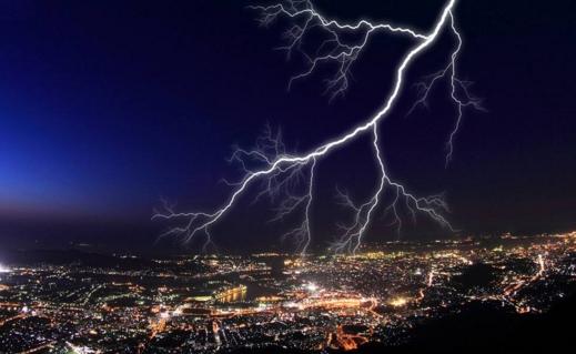 超过6万次闪电 伦敦雷暴天气影响两百多架次航班
