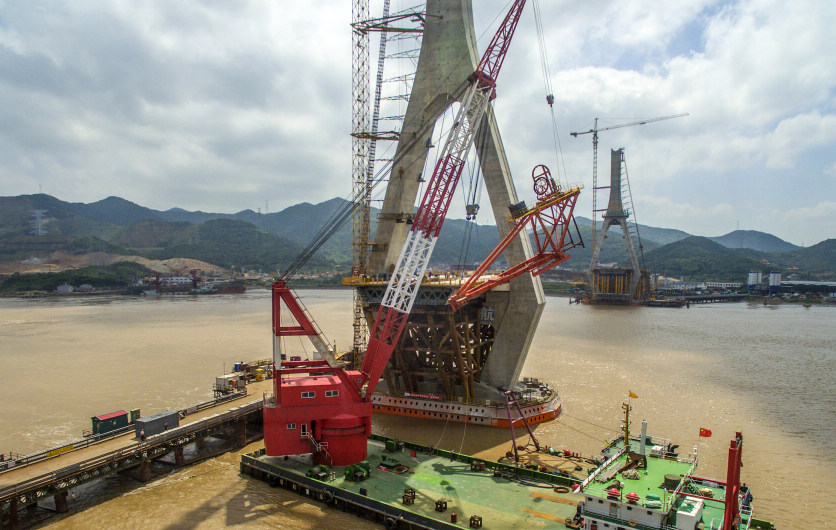 舟山:富翅门大桥开始吊装架桥机