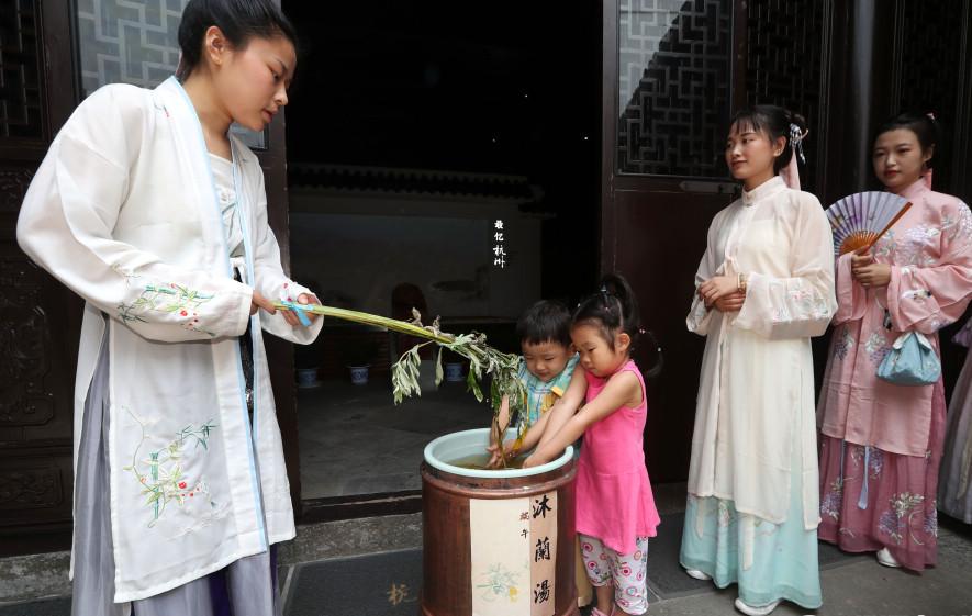 杭州:市民感受南宋端午民俗