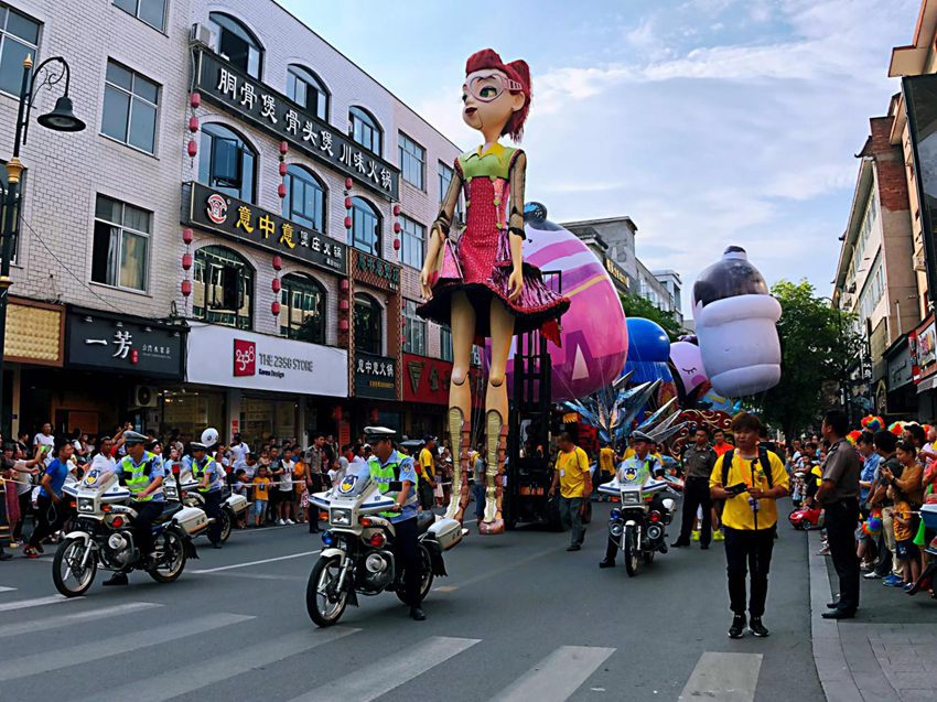 引领开场的8米高巨型木偶。