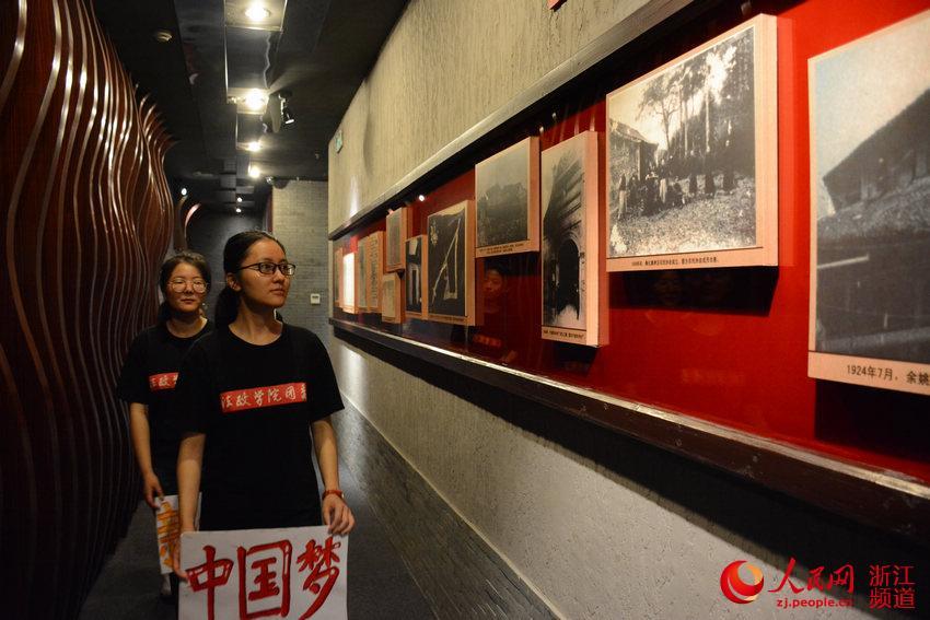 成员参观中共杭州小组纪念馆