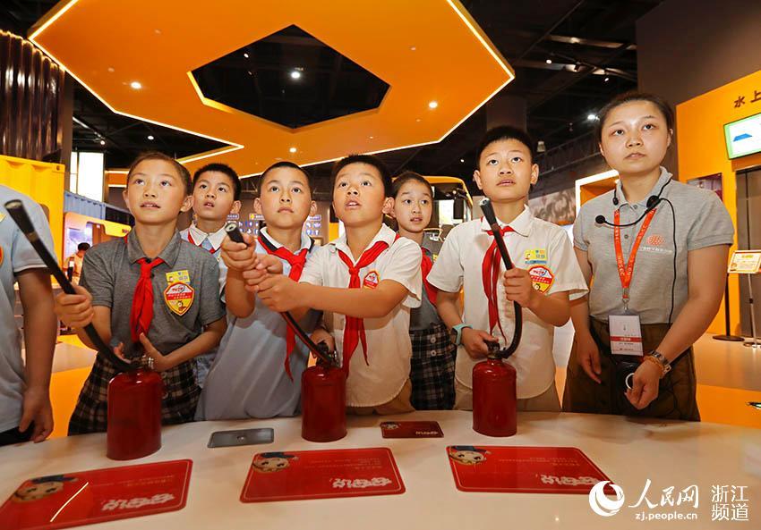 7月5日,宁波市江北区灵峰学校的学生正在开展灭火竞赛。章勇涛 摄