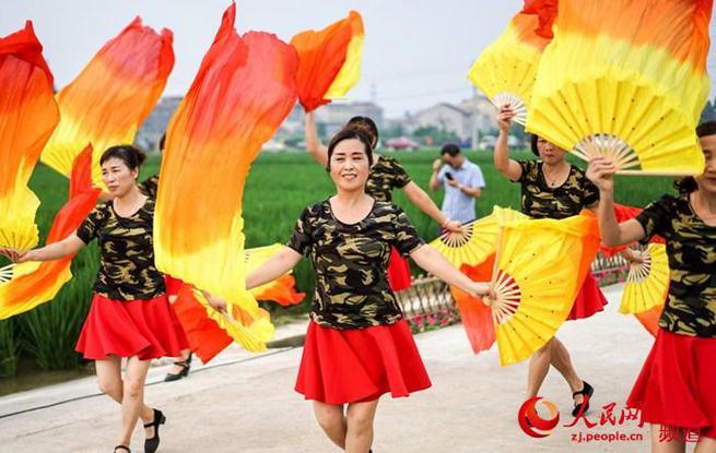 杭州村民办起稻田文化节    9月15日,杭州市余杭区运河街道举办稻田文化节。妇女们用新碾的米粉和着南瓜、艾草揉成……【详细】