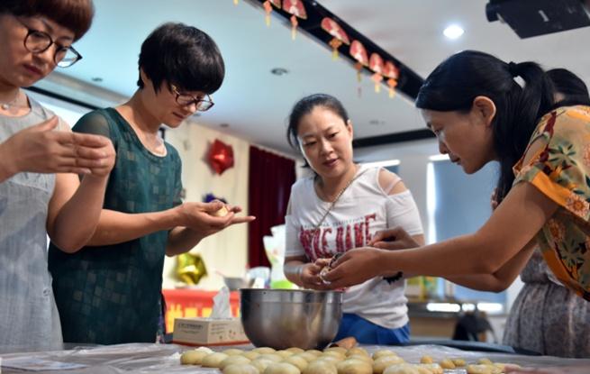 杭州:居民自制月饼 邻里共迎中秋