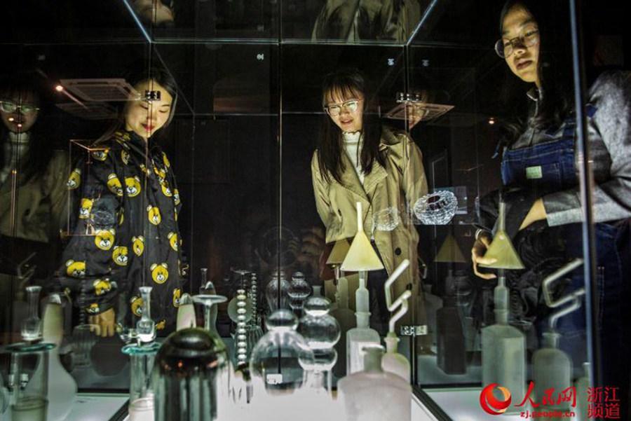 百余件中东欧玻璃艺术品亮相浙江慈溪