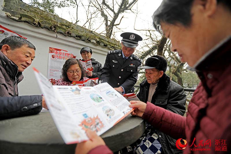 2月26日,宁波市奉化区公安民警在公园开展扫黑除恶宣传。章勇涛 摄