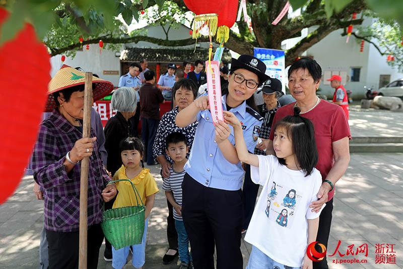 6月23日,民警向村民讲解禁毒知识。章勇涛 摄
