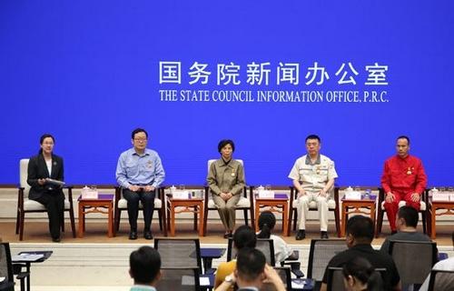 黄金娟(左数第三位)参加国新办中外记者见面会。